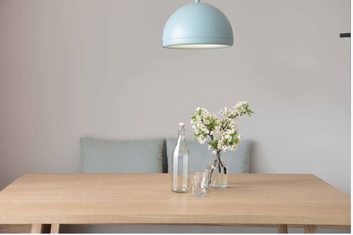 Tisch-mit-Blume